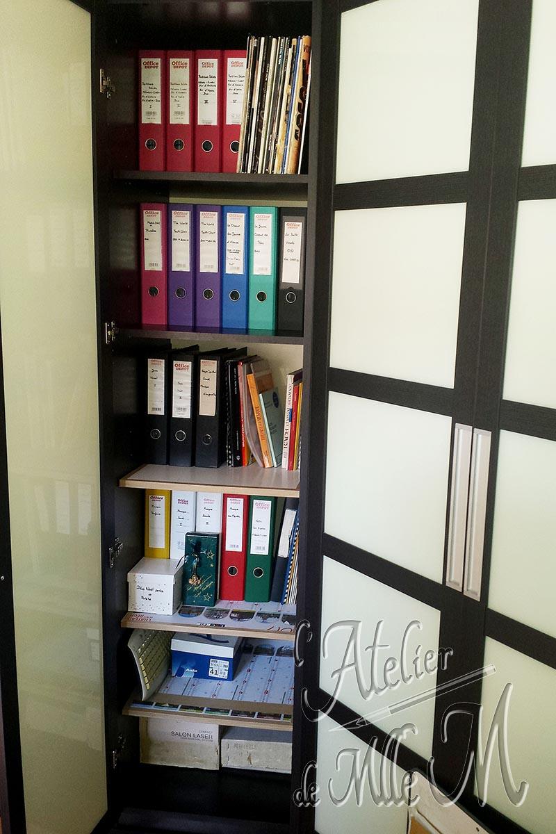 Des tablettes / étagères supplémentaires en carton pour plus de rangement dans une armoire. Faites maison et sur mesure, pas chère, et aussi solide que du bois ! Lire l'article concernant ces photos sur le Blog : https://www.latelierdemllem.com/tablette-etagere-en-carton/
