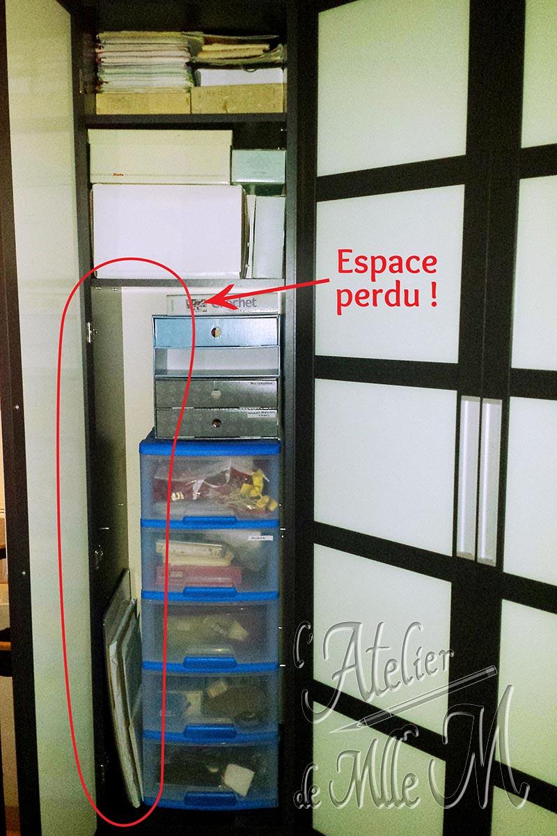 Photo montrant la perte de place avant l'ajout de tablettes / étagères supplémentaires en carton dans une armoire. Lire l'article concernant ces photos sur le Blog : https://www.latelierdemllem.com/tablette-etagere-en-carton/