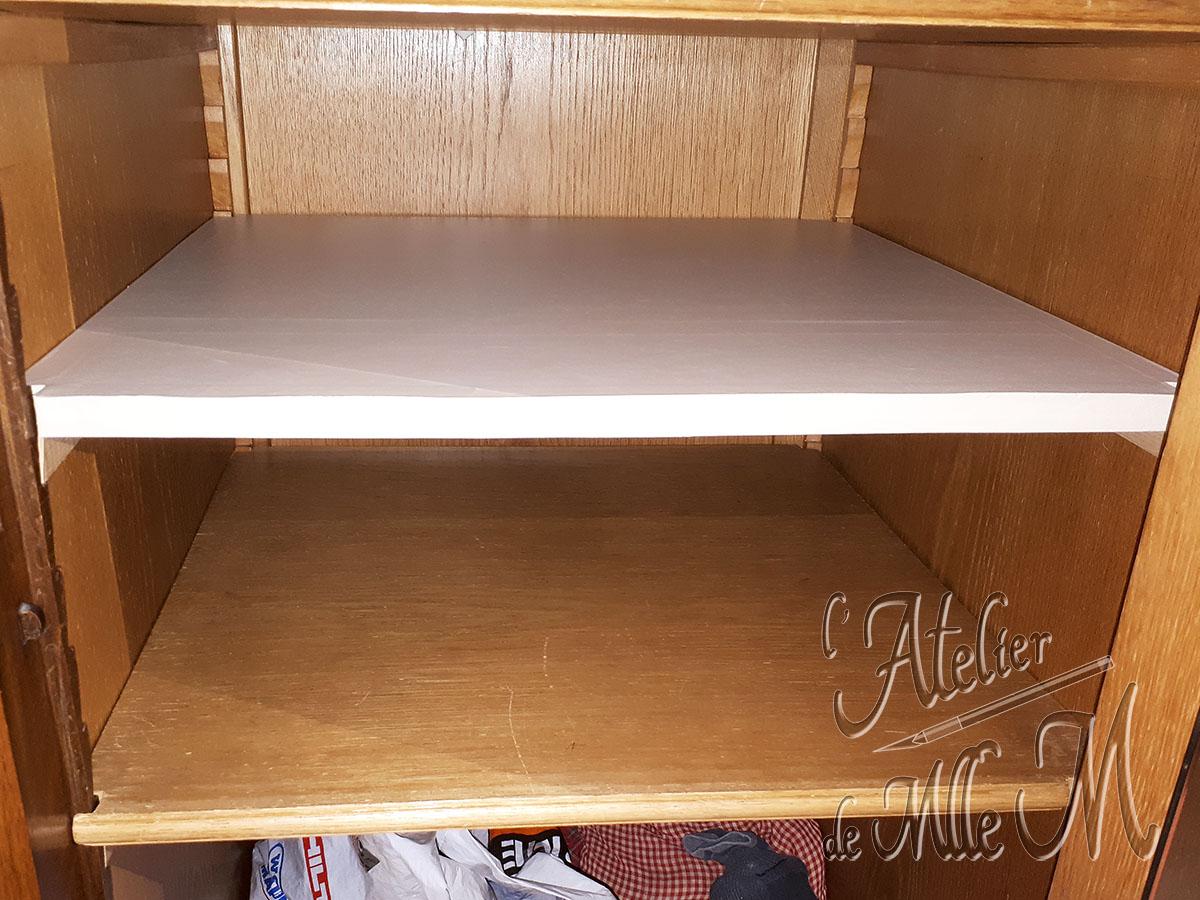 Tablette / étagère et tasseaux en carton ajoutés dans une armoire. Fait maison et sur mesure, pas cher, et aussi solide que du bois ! Elle est habillé de papier vinyle adhésif pour un nettoyage facile. Lire l'article concernant ces photos sur le Blog : https://www.latelierdemllem.com/tablette-etagere-en-carton/