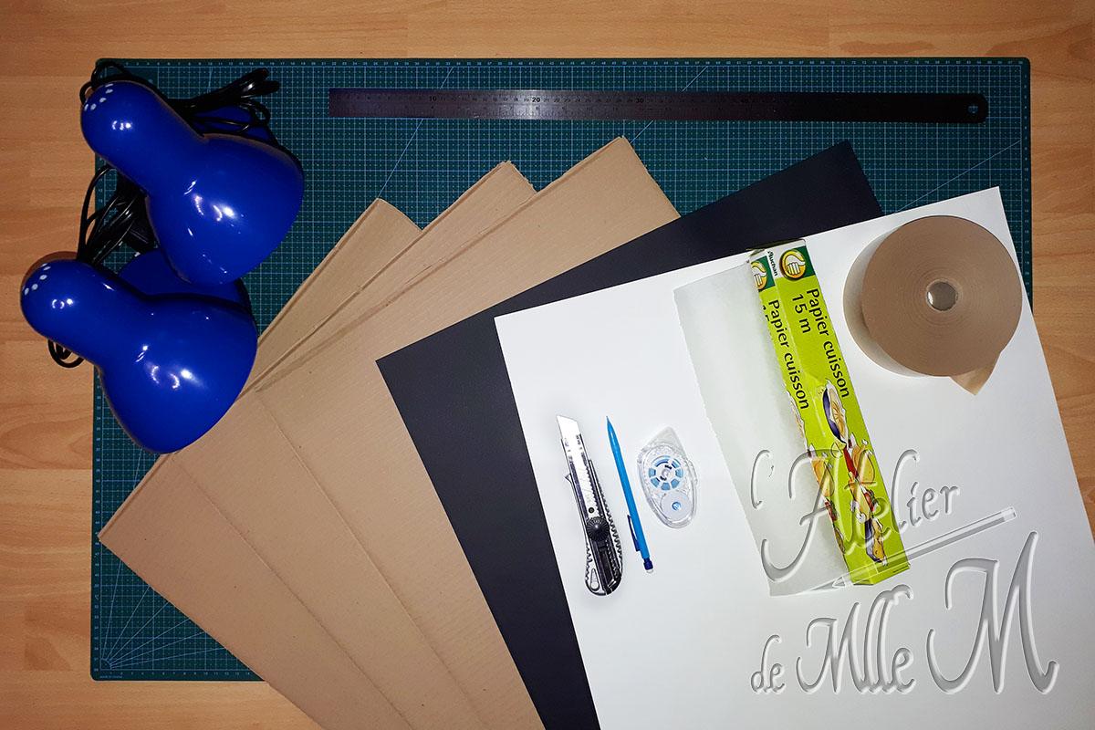 Photo du matériel nécessaire à la fabrication du Mini Studio Photo en carton, démontable et facile à ranger. Tutoriel / DIY disponible sur https://www.latelierdemllem.com/studio-photo/