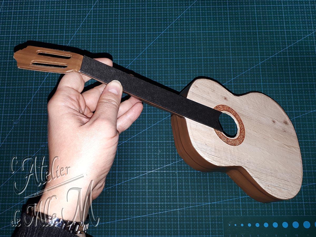 Boîte guitare en carton (étape 1 de la customisation).