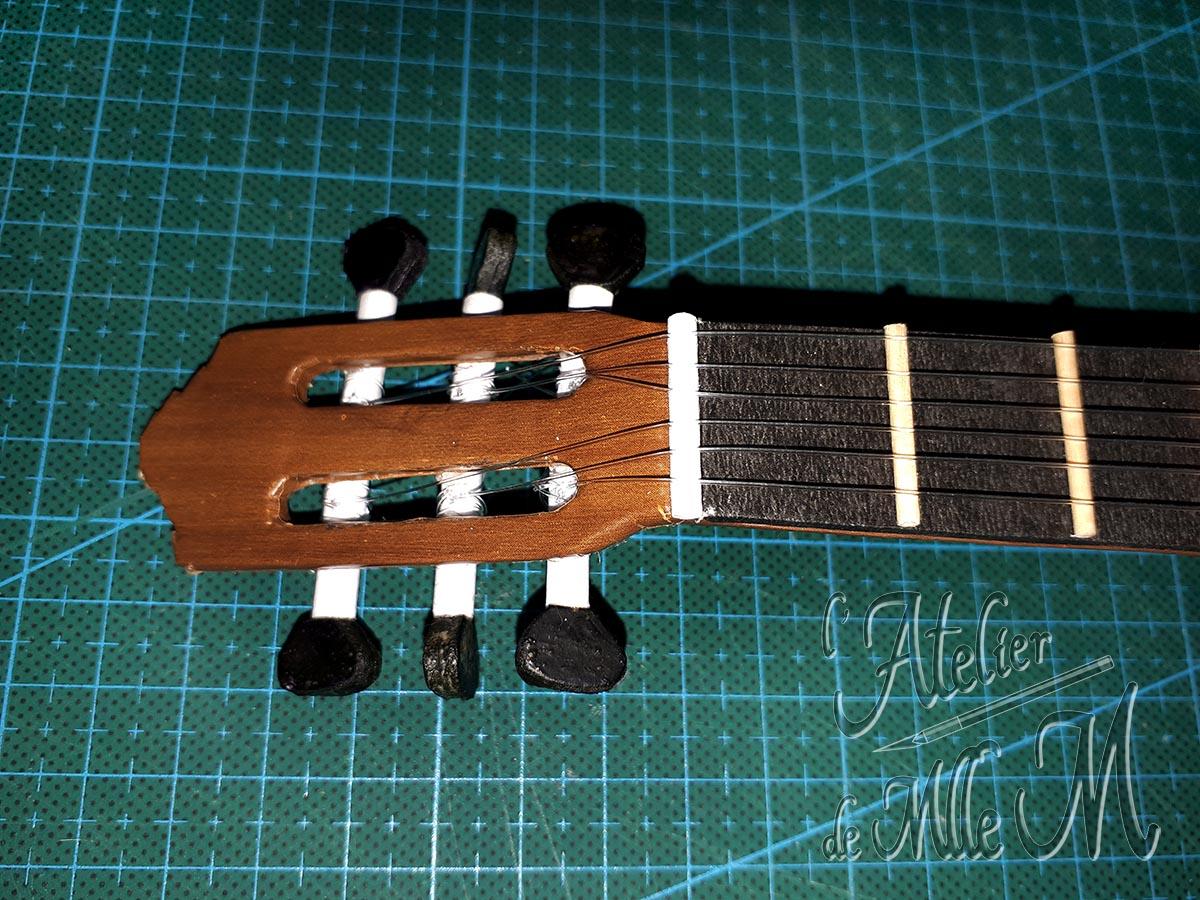 Boîte guitare en carton (étape 3 de la customisation).