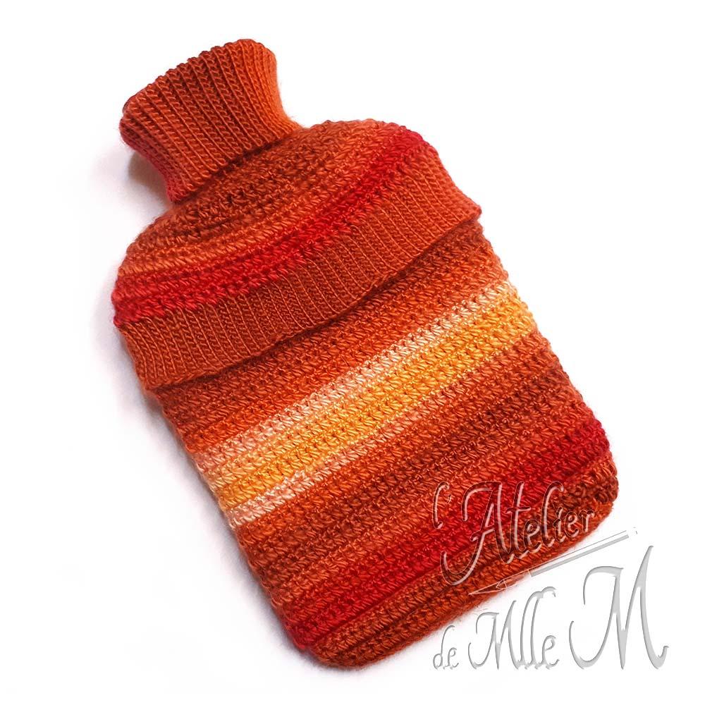 Une housse crochetée à la main pour habiller une bouillotte standard de 2L (vue de dos). Composition : laine Variety de chez Action.