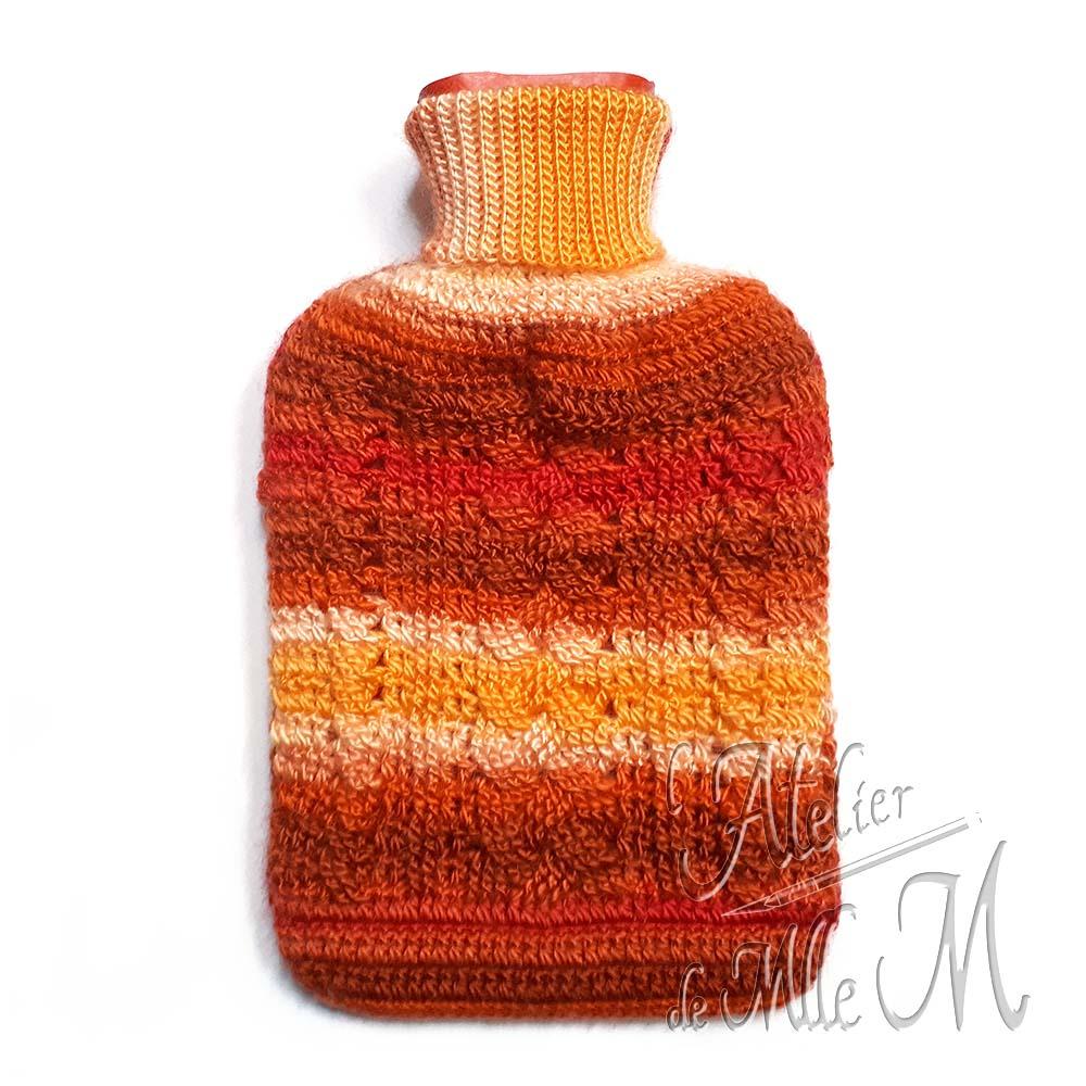 Une housse crochetée à la main pour habiller une bouillotte standard de 2L (vue de devant). Composition : laine Variety de chez Action.