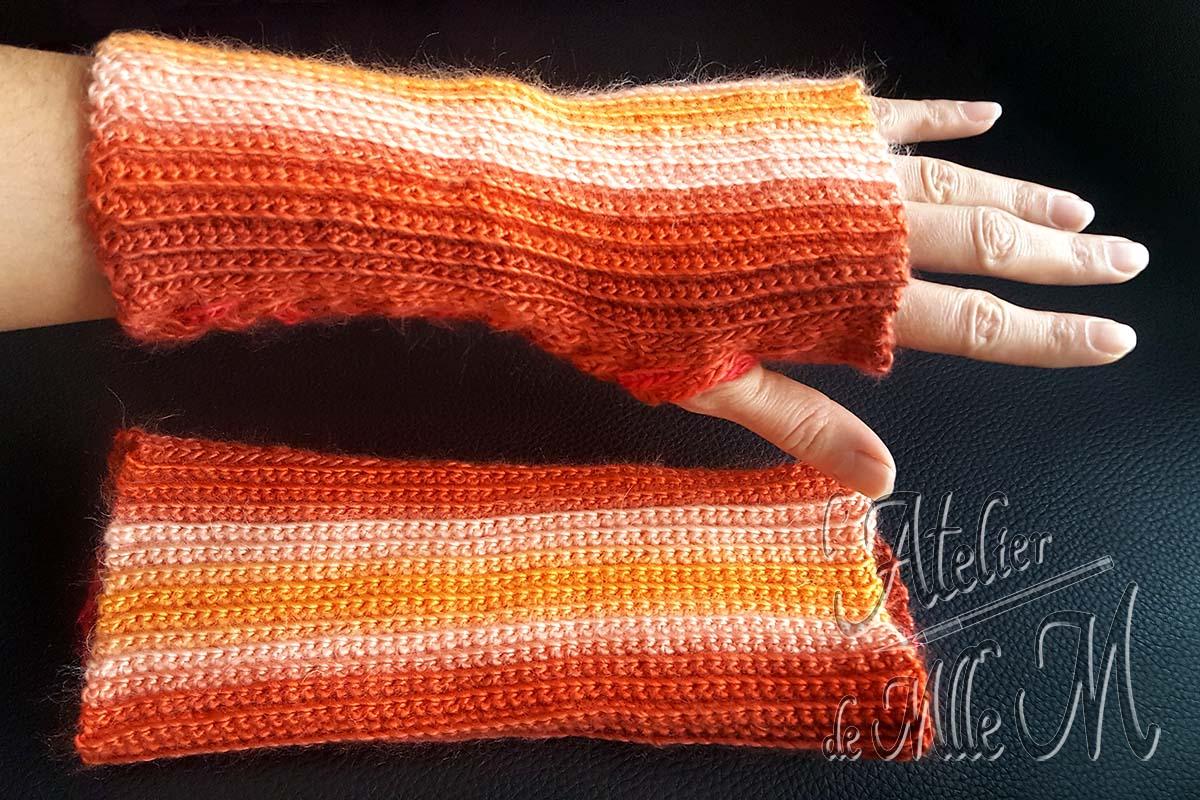 Une jolie paire de mitaines réalisée au crochet et ornée d'une tresse à 4 brins au travers de laquelle on passe le pouce. Composition : laine Variety de chez Action. Crochetée suivant le patron gratuit (en espagnol) de Tejiendo de Corazon : https://youtu.be/ZMdgEW5gq8s