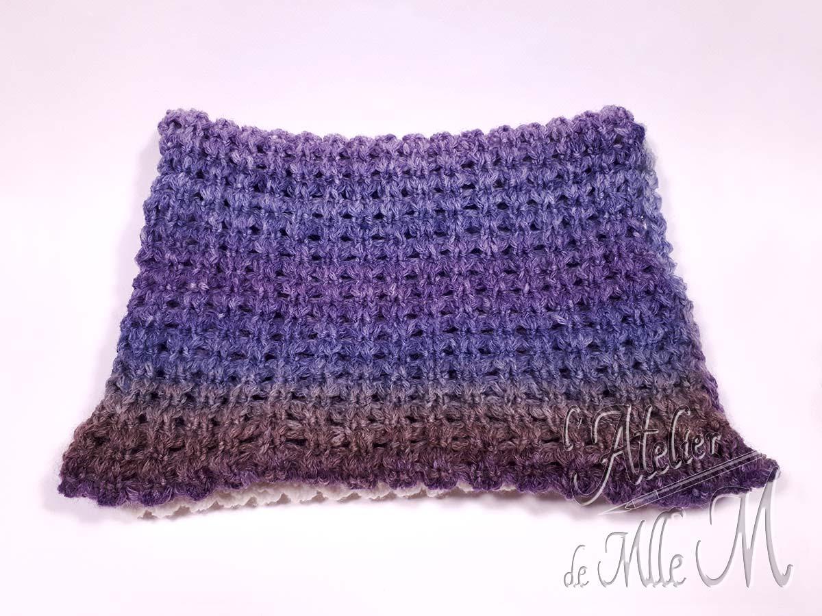 Une écharpe infinie confectionnée avec un point original au tricotin géant. Elle permet de faire 2 tours de cou. Composition : cake Melody de chez Katia. Réalisée avec un point original proposé par Theresa Higby : https://youtu.be/GPJXBH545es
