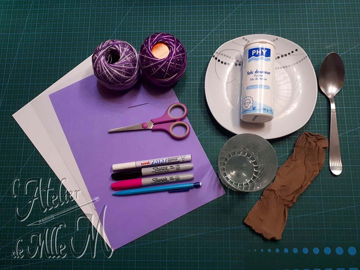 Photo du matériel nécessaire à la fabrication du coussin antistatique kawaii pour l'embossage à chaud. Tutoriel / DIY disponible sur https://www.latelierdemllem.com/coussin-antistatique-embossage/