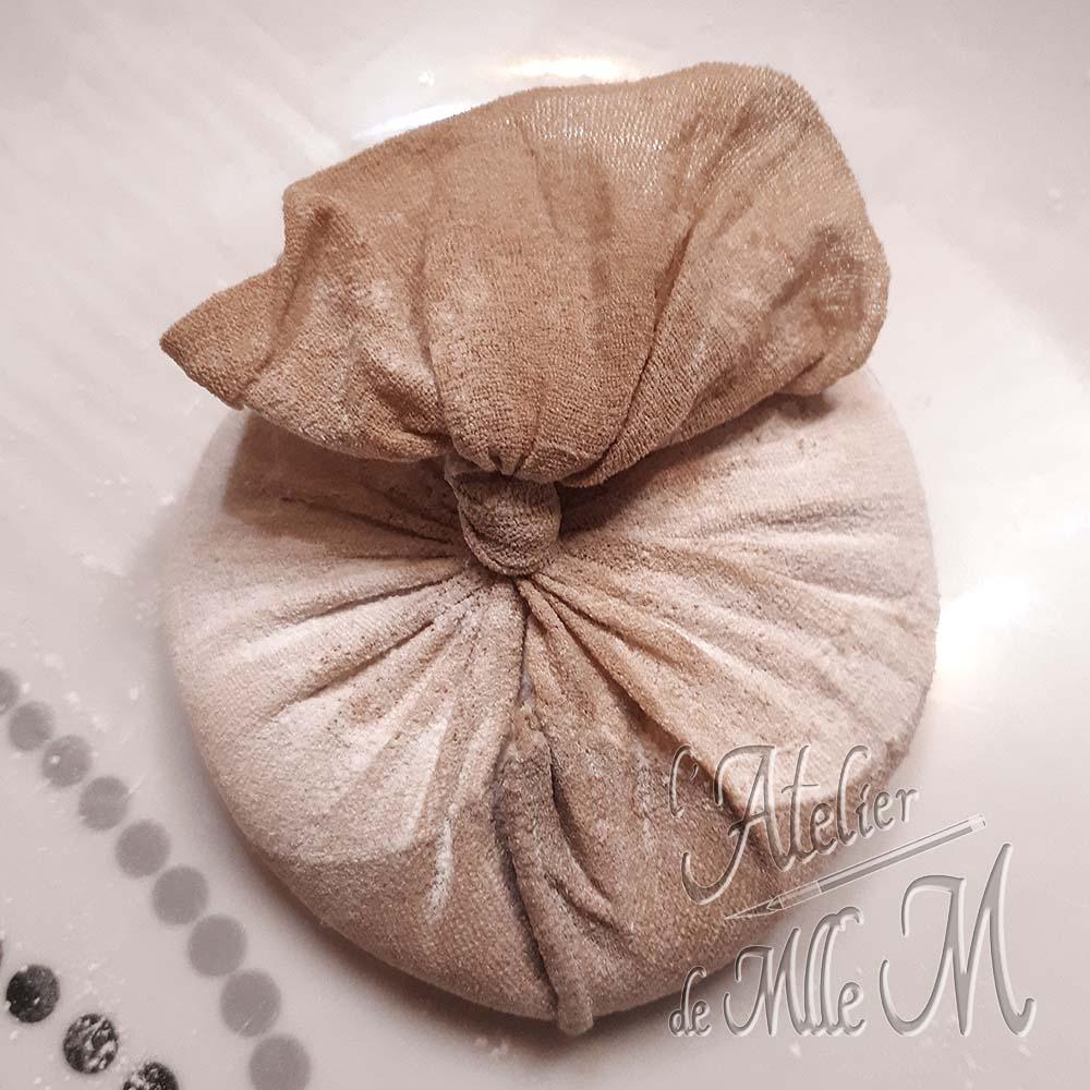 Étape 1 de la fabrication du coussin antistatique kawaii pour l'embossage à chaud : Faire une poche de talc. Tutoriel / DIY disponible sur https://www.latelierdemllem.com/coussin-antistatique-embossage/