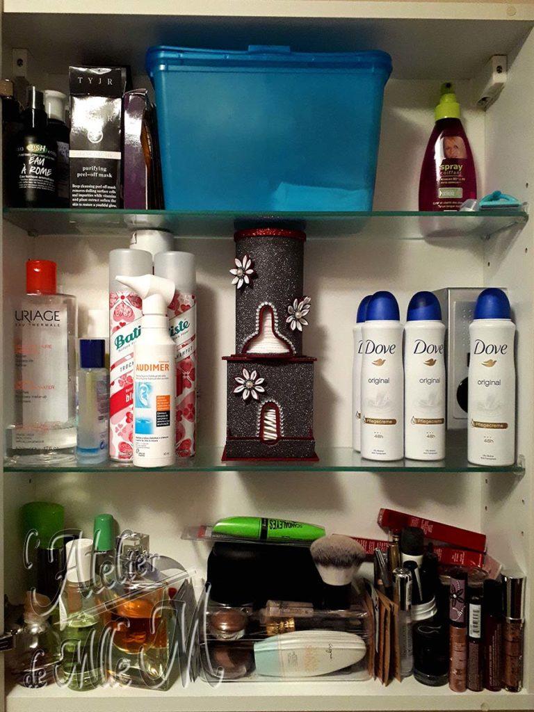 Première partie du ré-agencement de mon placard de salle de bain avec la mise en place de distributeurs de cotons. Suite avec le maquillage.