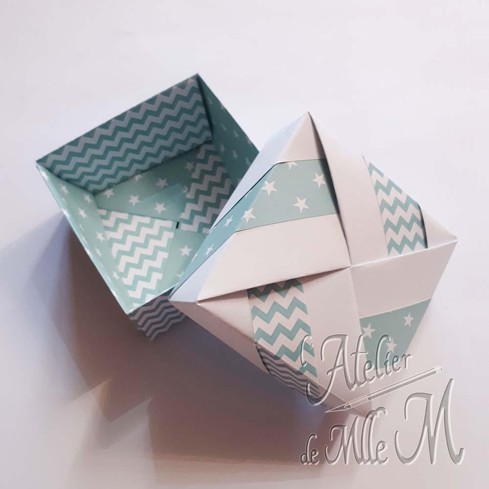 Une boîte origami carrée réalisée à partir de 8 carrés coupé dans des feuilles A4.