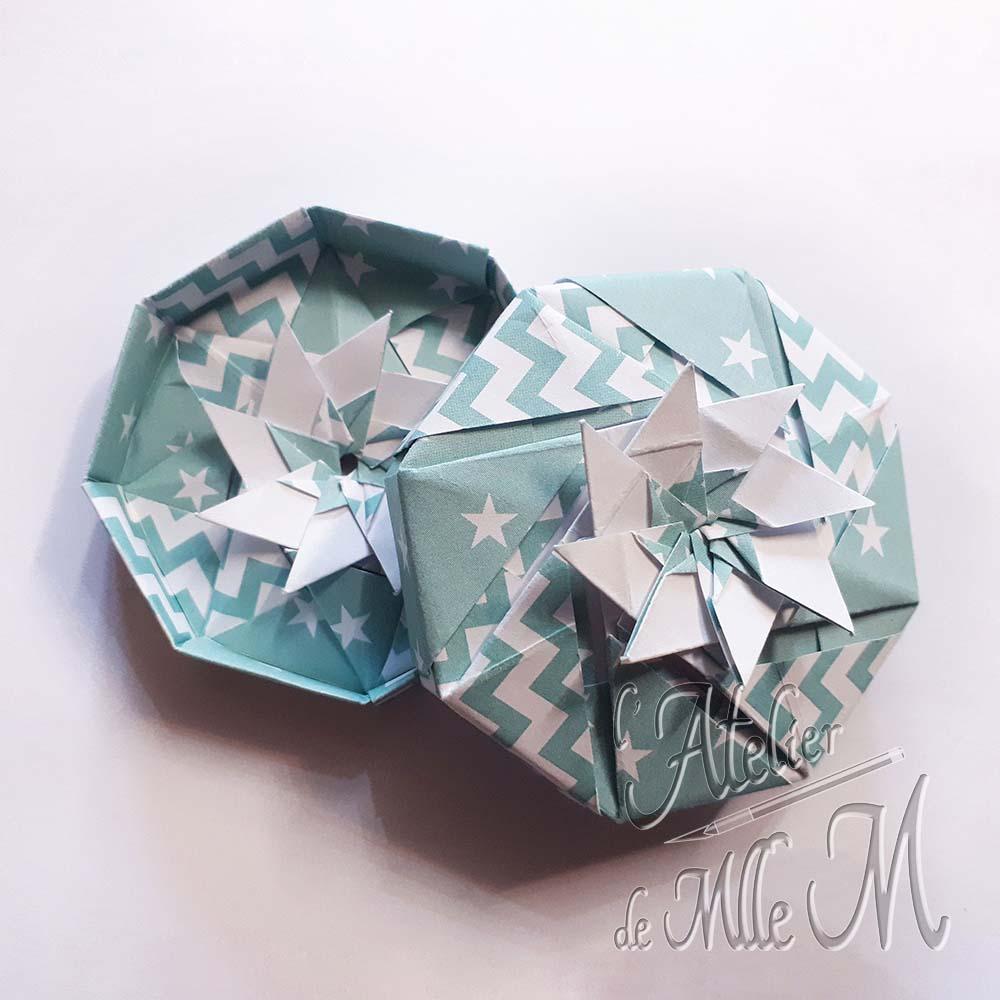Une boîte origami octogonale réalisée à partir de 16 carrés de 6cm environ.