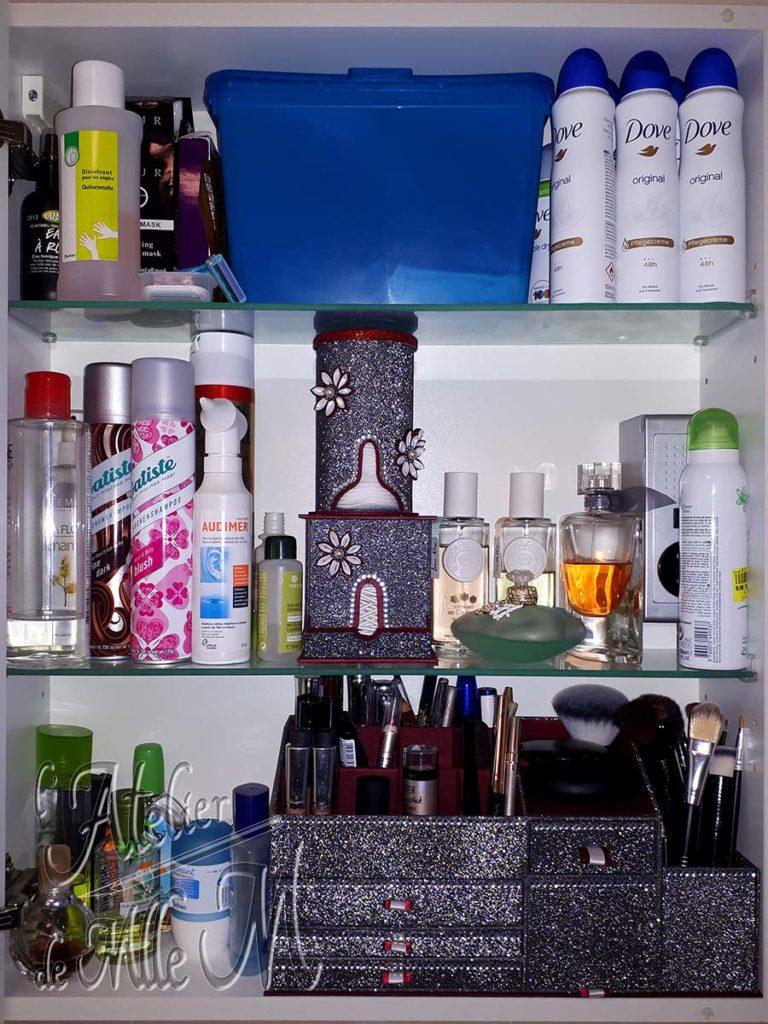Vue sur le placard de la salle de bain de Mlle M avec les distributeurs de cotons et le rangement maquillage en place.