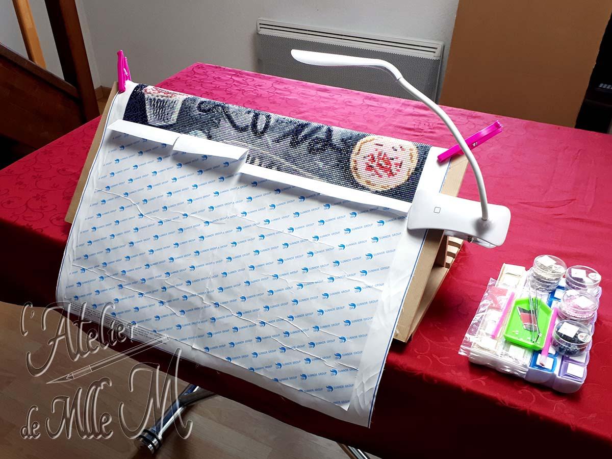Chevalet en carton pour broderie diamant (diamond painting) à faire soi-même. Tutoriel / DIY disponible sur https://www.latelierdemllem.com/tuto-chevalet-carton-broderie-diamant-diamond-painting/
