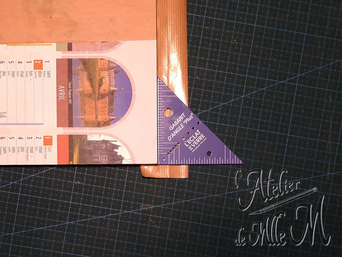 Photo de l'assemblage du chevalet en carton pour broderie diamant (diamond painting) à faire soi-même. Tutoriel / DIY disponible sur https://www.latelierdemllem.com/tuto-chevalet-carton-broderie-diamant-diamond-painting/