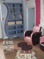 Un salon tout en carton. Étagère, fauteuils et table basse.