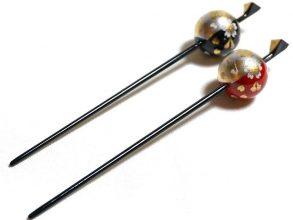 Tama kanzashi (bâton / pic à cheveux orné d'une boule).