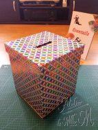 Une simple boîte en carton... avec une fente sur le couvercle pour faire une urne pour une tombola.