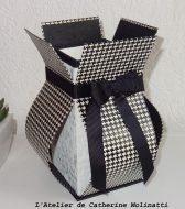 Vase en carton réalisé par Annette, d'après le livre de Anne Lardy, pendant un atelier de Catherine Molinatti.